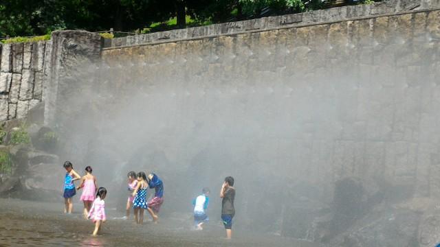 愛知県小牧市市民四季の森の「虹の滝」水遊び場ミストではしゃぐ子供たち