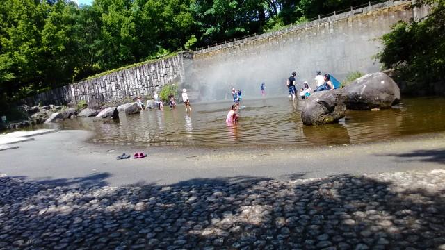 愛知県小牧市市民四季の森の「虹の滝」水遊び場全景ミストでているとき