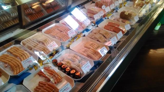 本格ドイツ製法のハムソーセージの「ケルン」(名古屋市北区)の店内の陳列