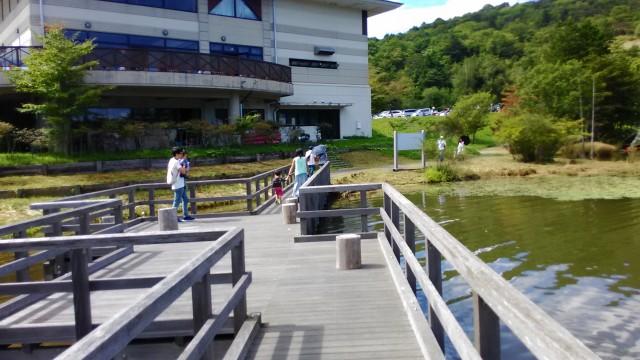 茶臼山高原の矢筈池(やはずいけ)からみるレストハウス「やはず」