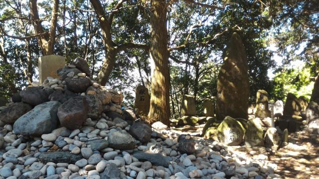 「尾張富士大宮浅間神社」の奥宮境内に盛られた石の数々