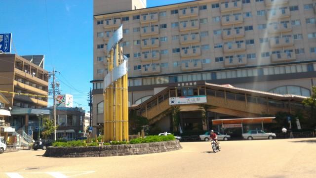 名鉄犬山駅の西口、タクシー乗り場モニュメント