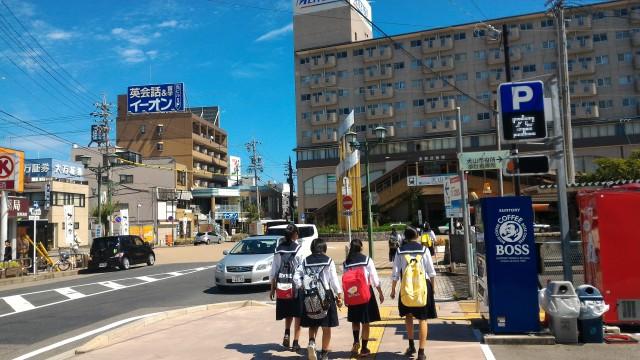 名鉄犬山駅の西口へ向かう女子学生さん