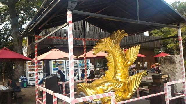 名古屋市中区の名古屋城内の食事処「名古屋城」の前にある金シャチのレプリカ