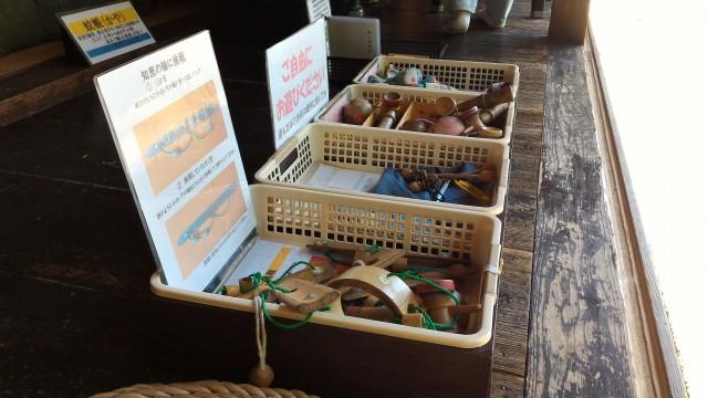 かいこの家・日本昭和村開け放しの廊下には当時の遊具