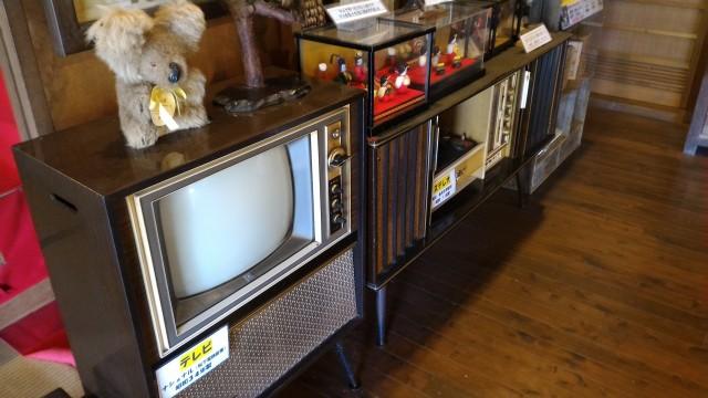 かいこの家・日本昭和村テレビや民芸品の飾りなど