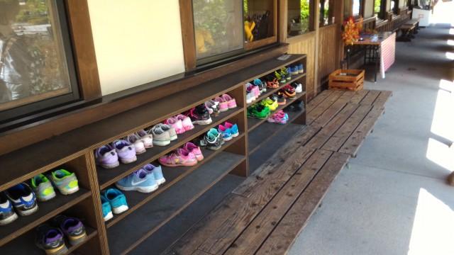 日本昭和村(岐阜県美濃加茂市)のなつかし工房で体験中の子供たち