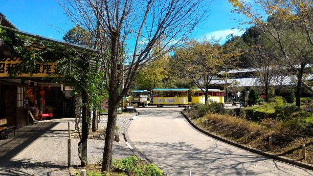 日本昭和村(岐阜県美濃加茂市)の玉緒の家付近銀座商店街でみた里山バス