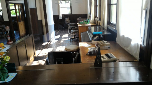 日本昭和村(岐阜県美濃加茂市)のひだ朝日村役場資料館・受付付近事務室