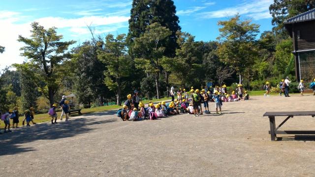 日本昭和村(岐阜県美濃加茂市)に遠足見学の小学生