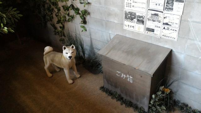 日本昭和村(岐阜県美濃加茂市)のやまびこ学校(昭和パビリオン)野良犬とゴミ箱