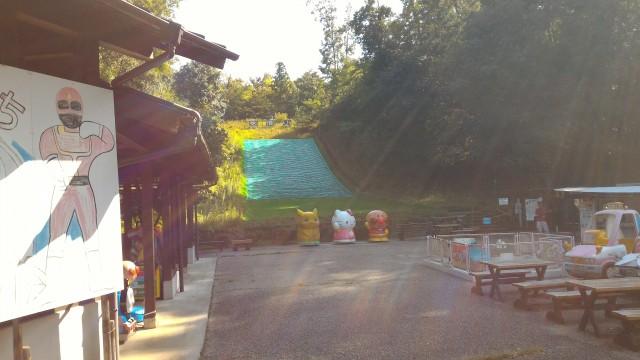 日本昭和村(岐阜県美濃加茂市)の「遊びの広場」芝すべり