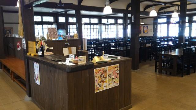 日本昭和村(岐阜県美濃加茂市)の農家レストラン「やまびこ」の店内窓側が明るい
