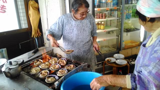 伊良湖岬の「伊良湖亭」で大あさりを焼くお母さんたち