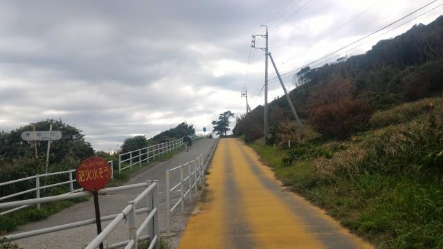 愛知県伊良湖岬の恋路ヶ浜から灯台への道