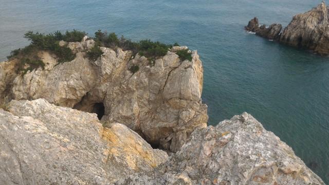 「日出の石門」までの道にある「片浜13里」の案内板付近からの海岸の景色
