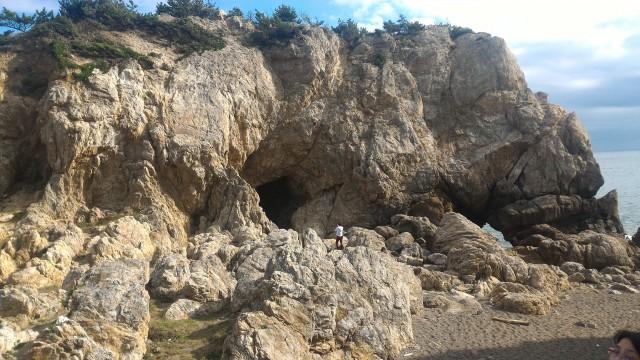 日出の石門(ひいのせきもん)2億年前の地層の巨大岩・駐車場(愛知県田原市)