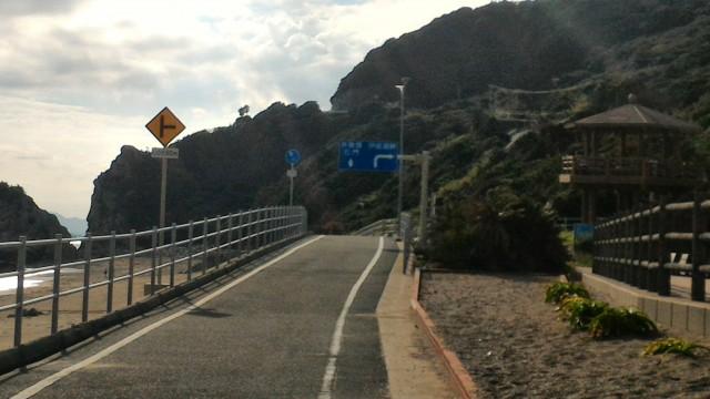 「日出の石門」海岸沿いの無料駐車場から見た西側サイクリングロード
