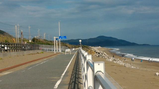 「日出の石門」海岸沿いの無料駐車場から東へ続くサイクリングロードまっすぐな海岸道