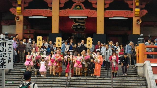 名古屋中区大須観音の階段に勢ぞろいした三英傑と姫たち