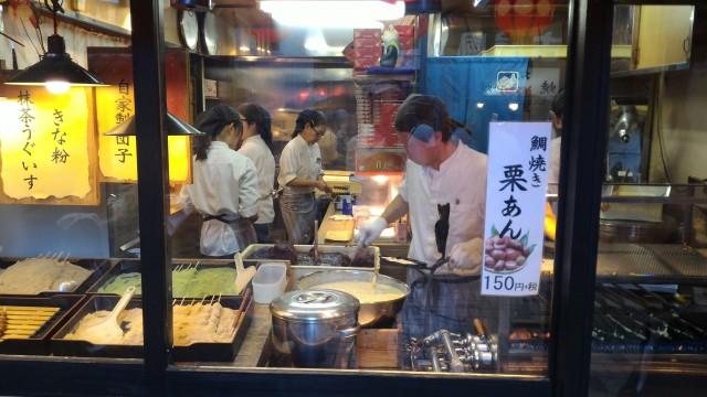 大須商店街観音通りの「鯛福茶庵」お店で働いている人たち