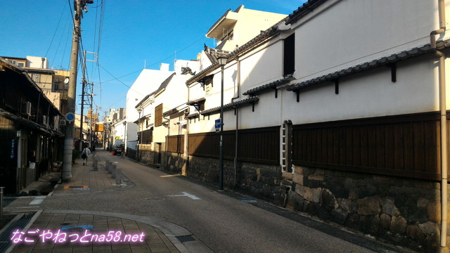 名古屋市西区四間道の石垣の上に土蔵が並ぶ