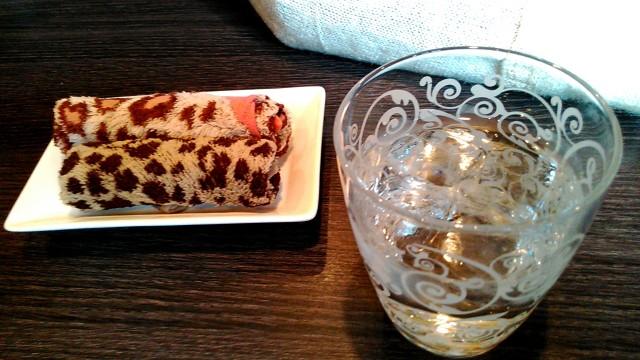 名古屋市西区四間道の「月のうさぎ」カフェダイニング、お冷のコップとおしぼり
