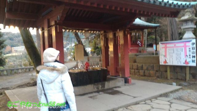 熱海伊豆山神社手水舎赤と白の龍
