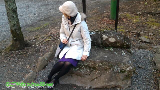 熱海伊豆山神社にある頼朝と政子の愛を語った石に座る