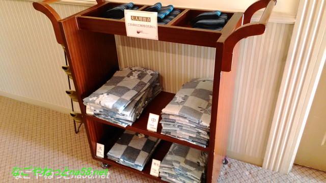 「熱海ホテルパイプのけむり」廊下にある浴衣とスリッパ子供用