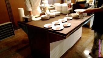 熱海温泉「熱海ホテルパイプのけむり」の夕食のローストビーフ切り分け