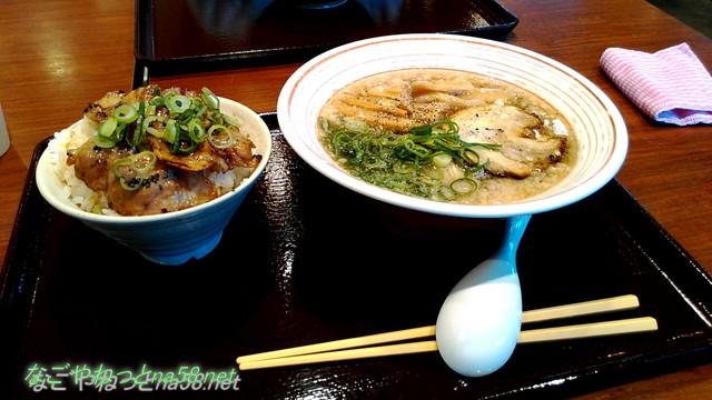 東名高速道路日本坂PAのうまいもの館豚骨ラーメンとあぶり豚丼