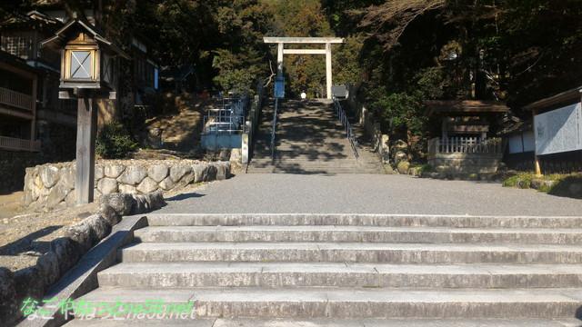 三重県桑名市の多度大社の最初の階段と鳥居
