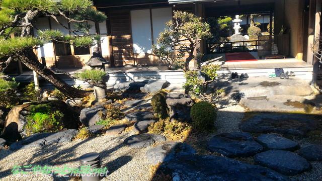 鯉料理「大黒屋」(三重県桑名市)門構えを入ったところのお庭