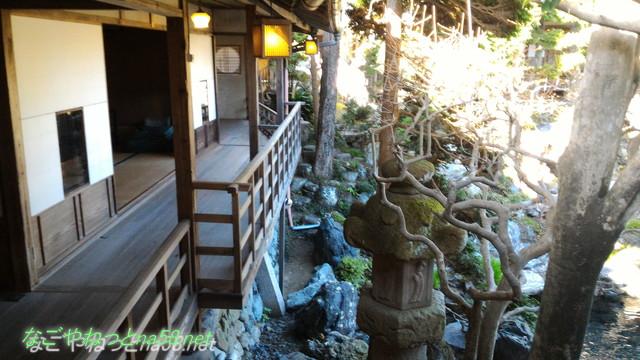 鯉料理「大黒屋」(三重県桑名市)の廊下から右側に庭園を見る