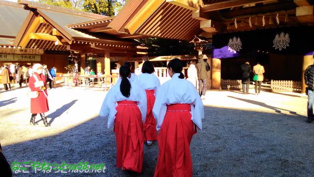 名古屋市熱田区の熱田神宮で巫女さんたち