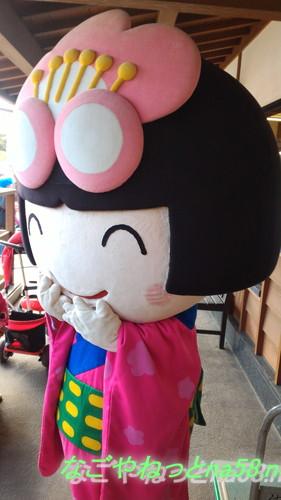 佐布里池の梅林(愛知県知多市)で知多市公認キャラクター「梅子」
