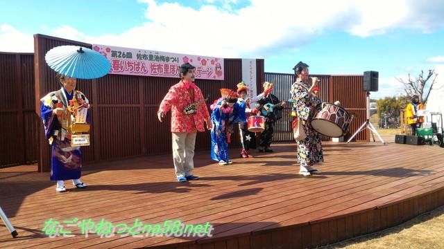 佐布里池の梅林(愛知県知多市)「ろくでなしチンドン隊」のステージ