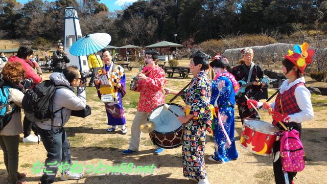 佐布里池の梅林(愛知県知多市)「ろくでなしチンドン隊」練り歩き