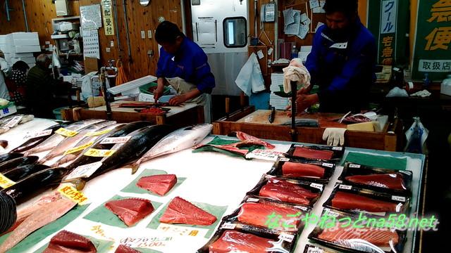愛知県南知多豊浜「魚ひろば」鮮魚をさばく漁師さんと切り身