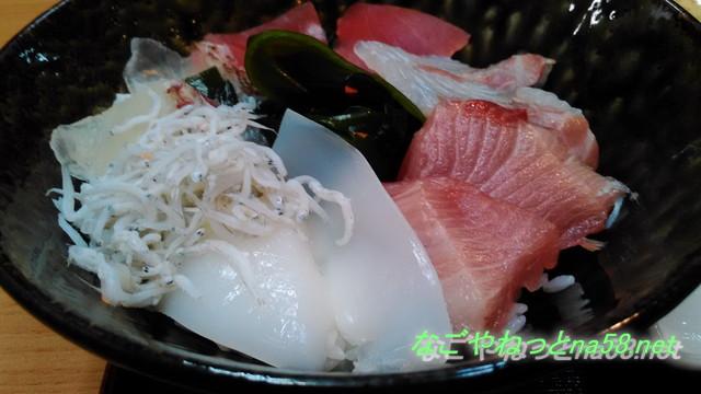 愛知県南知多豊浜の「魚ひろば」の市場食堂の海鮮丼アップ