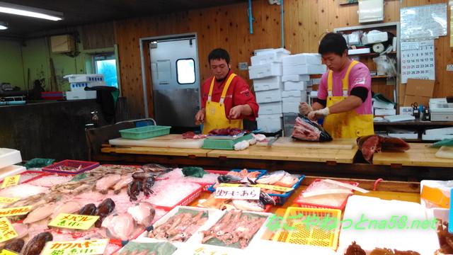 愛知県南知多豊浜「魚ひろば」鮮魚をさばく漁師さん