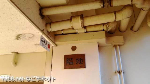 名古屋市公会堂地下食堂前の階段天井の配管