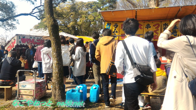 名古屋市中区名城公園の桜まつりに屋台に並ぶ人たち