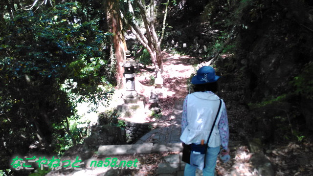 鳳来寺本堂付近の険しい山道