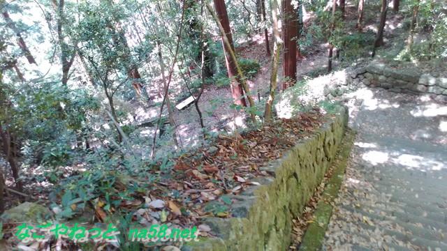 鳳来寺本堂から石段を下る