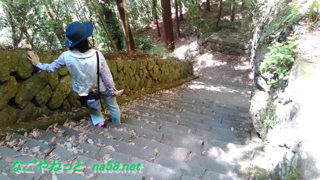 鳳来寺本堂から石段を下る急坂