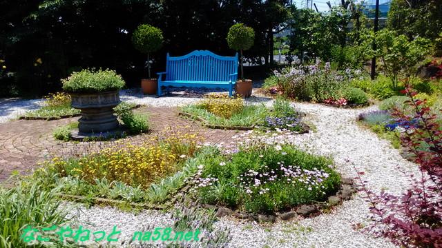 フラワーガーデン「ブルーボネット」の園内風景ベンチとともに