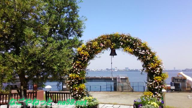 名古屋観光の名所港区のフラワーガーデン「ブルーボネット」のサニーハウス横の幸せの鐘