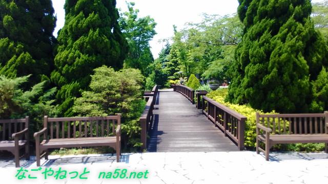 名古屋観光の名所港区のフラワーガーデン「ブルーボネット」のサニーハウス付近の橋